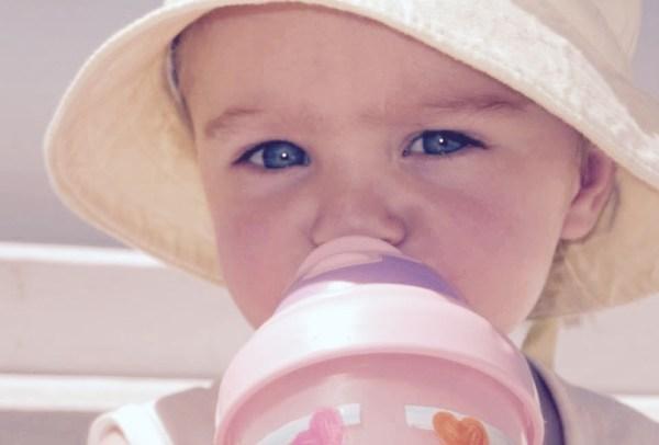 Lait et eau en voyage avec bébé et enfant