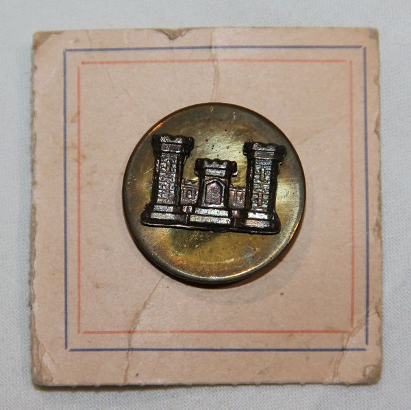 H006. WWII SCREW BACK ENGINEER CORPS COLLAR DISK ON THE ORIGINAL CARD