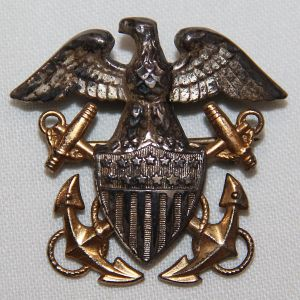 H034. EARLY WWII U.S. NAVY OFFICERS GARRISON CAP BADGE BY PASQUALE