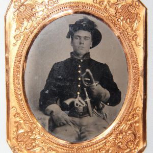 A054. CIVIL WAR 1/6 PLATE TINTYPE UNION CAVALRY SOLDIER WITH THREE WEAPONS