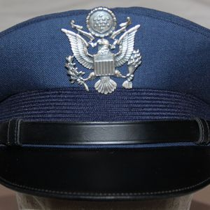 U010. NICE POST VIETNAM USAF OFFICERS VISOR CAP WITH INSIGNIA