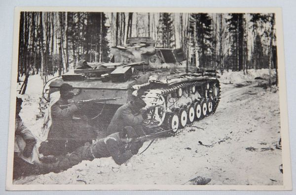 R038. WWII GERMAN POSTCARD SS SOLDIERS SHOOTING BEHIND A PANZER