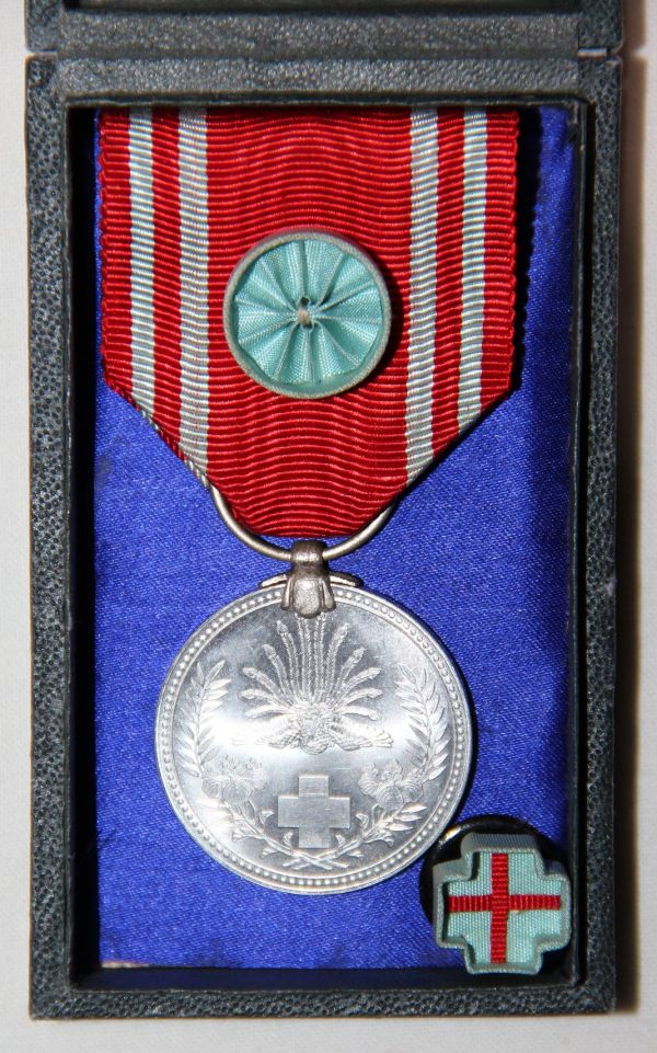 Q040. WWII JAPANESE CASED RED CROSS MEDAL WITH ROSETTE AND LAPEL PIN