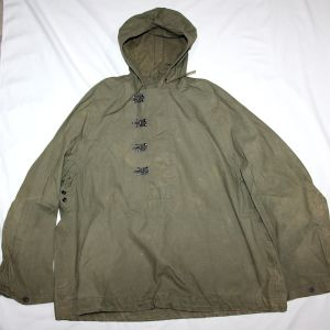 D077. WWII WET WEATHER PULLOVER JACKET WITH BUCKLE CLOSURE