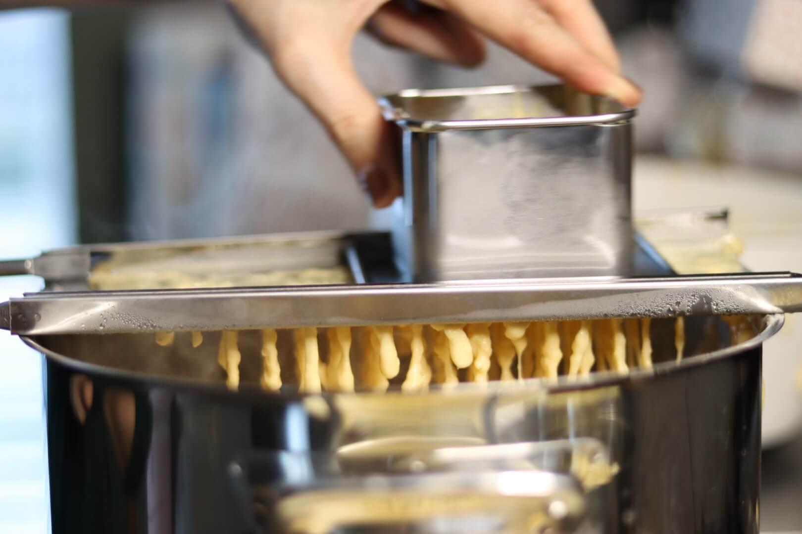 Spatzle maken met een zeef