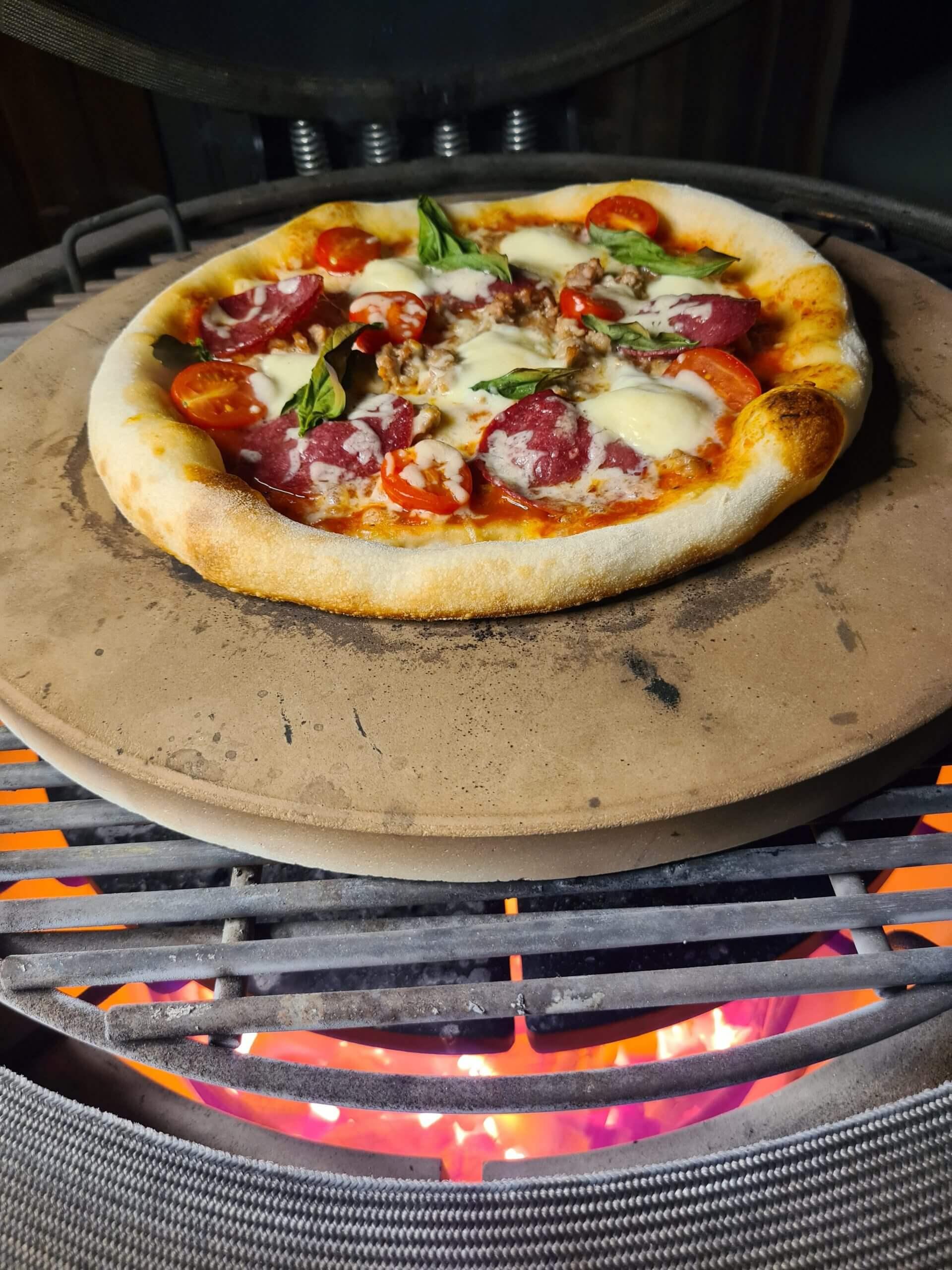 Pizza's bakken op de kamado bbq