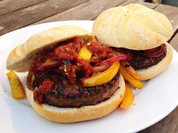 El-Jefe-Salsa-picante-op-een-hamburger