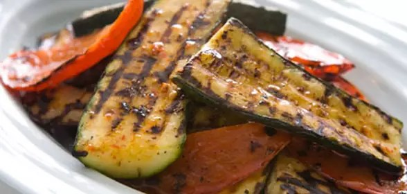Paprika,-aubergine-en-courgette-op-de-barbecue