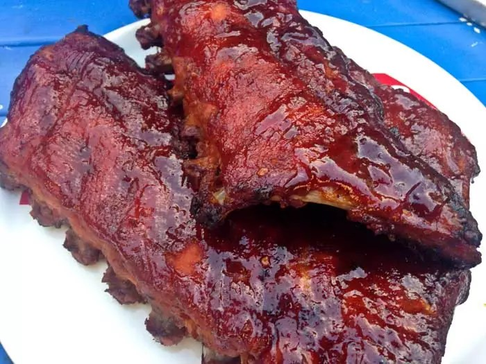 spareribs-met-blues-hog-smokey-mountain-sauce
