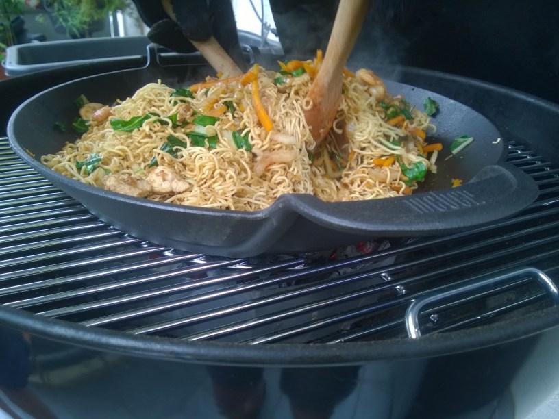 Rezept: Gebratene Eiernudeln mit Hähnchen und Garnelen aus dem Wok