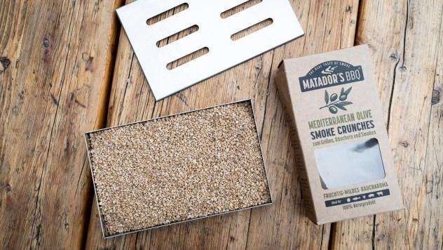 5. Schritt - Die Räucherbox mit Smoke Crunches von Matador's BBQ befüllen
