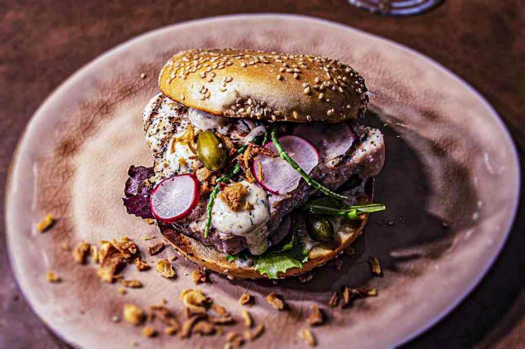 tonijnsteak bagelburger met ginmayonaise 3