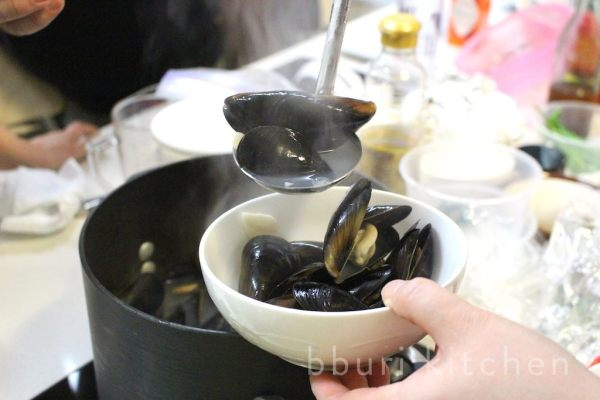 Honghap tang (홍합탕, mussels in a clear, simple broth)