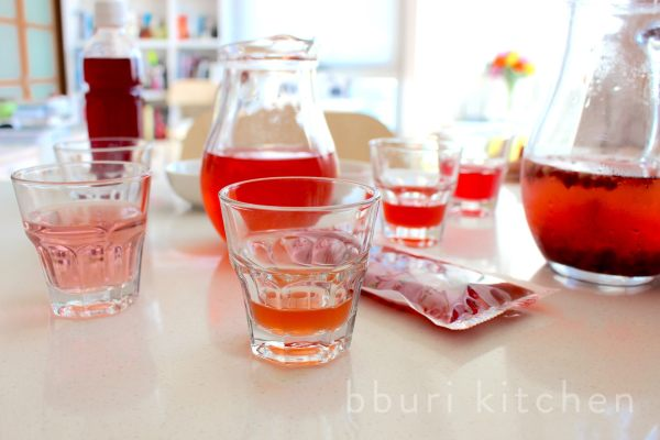 Taste-testing omija syrup, omija juice, cold-brewed and hot-brewed tea