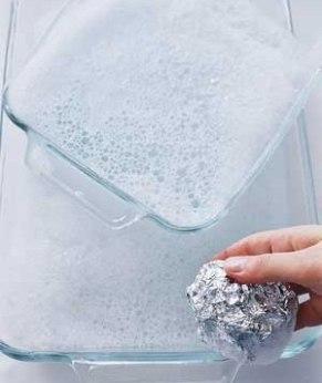 Алюминиевая фольга прекрасно подходит для удаления присохших пятен со стеклянной посуды. Сомните фольгу в шарик и используйте его вместо обычной губки для посуды.