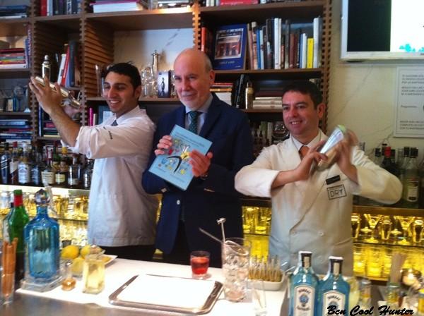 Marius Carol con el staff del Dry Martini