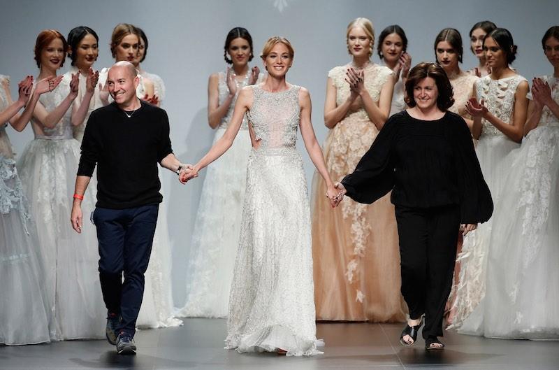 © Barcelona Bridal Week. Los diseñadores Marco y María saludan al final de su desfile en el marco de la BBW15.