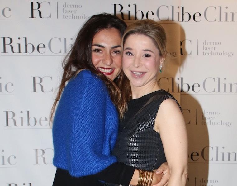 La actriz Candela Peña con la Dra. Adriana Ribé durante el acto de presentación.