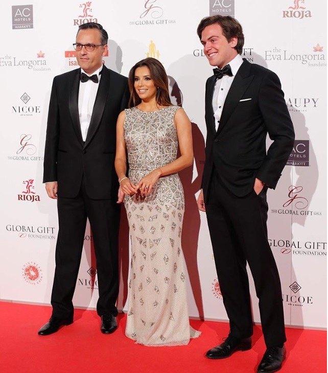 © Instagram @Rosa_Clara. Eva Longoria vestida de Rosa Clará en la gala de la Fundación Global Gift. A la izquierda Manuel Cano, CEO de la firma. A la derecha Dani Clará, hijo de la diseñadora.