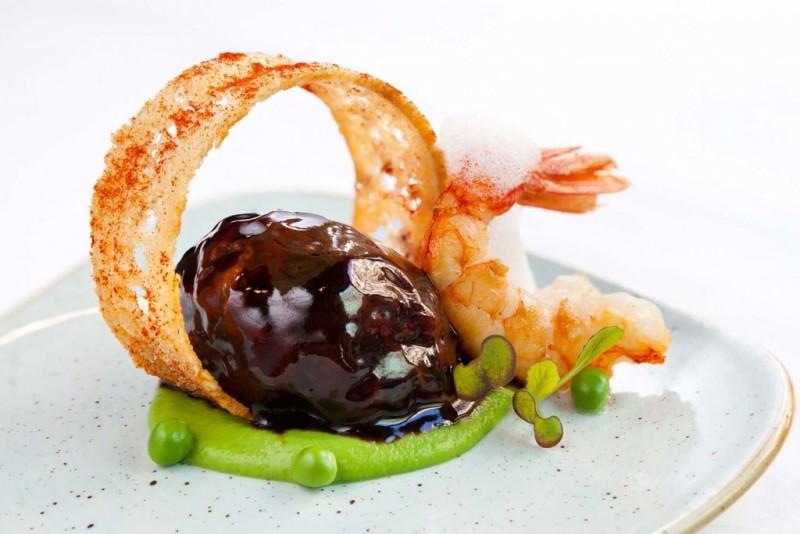 Tapa a concursar del Hotel Condes de Barcelona, en la categoria de tapa tradicional. Ingredientes: osta de rabo de buey al vino tinto con gambas y guisantes.