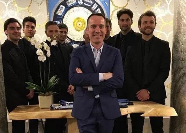 Instagram @garciamadrid. Manuel García junto al equipo de azafatos en la inaguración de su boutique.