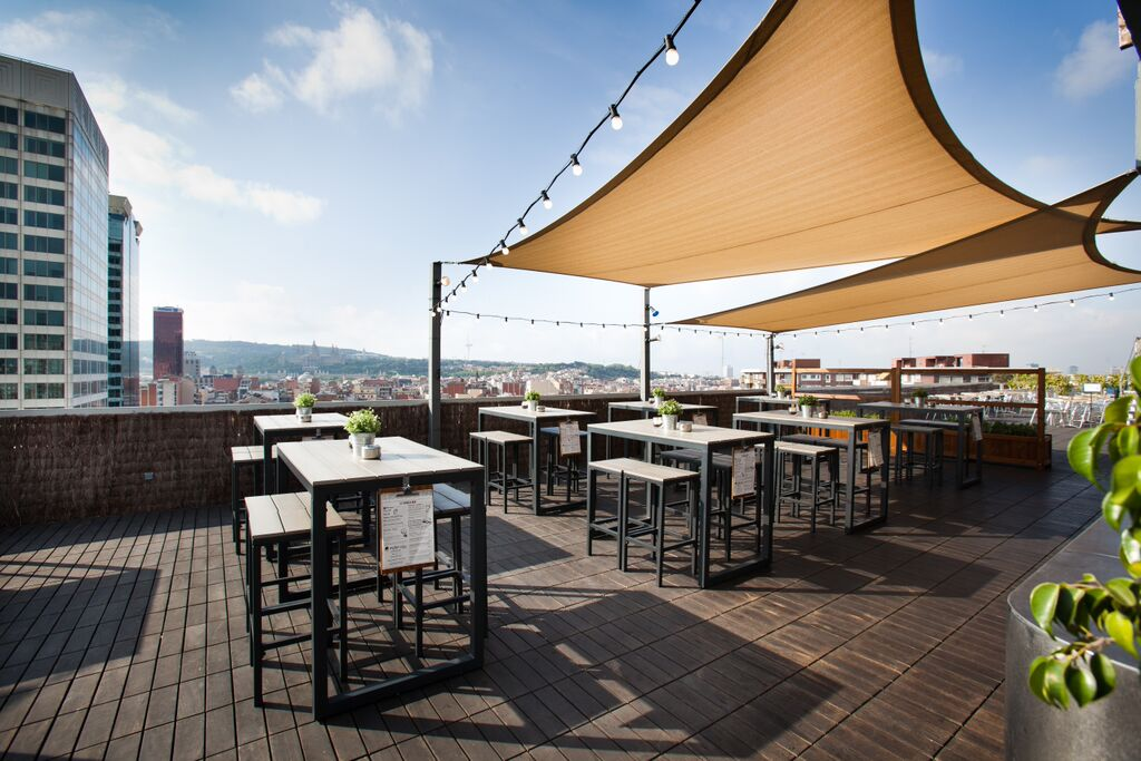 Una terraza lounge con vistas a Montjuc  BCN Gastronoma