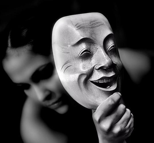 chica con máscara de teatro