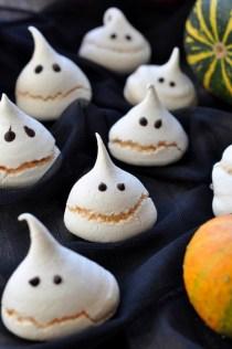 Halloween Meringue Ghosts