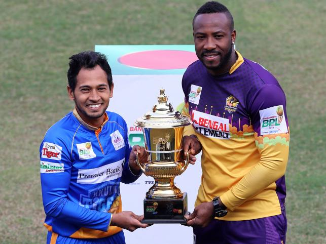 Khulna Tigers captain Mushfiqur Rahim and Rajshahi Royals` captain Andre Russell pose for photograph holding the trophy. Photo: Prothom Alo