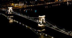 Budapest üres szállodák kivilágított ablakain keresztül üzen a világ nagyvárosainak