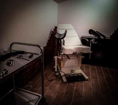 Im BDSM Ferienhaus gibt es einen gynäkologische Stuhl