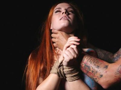 Un homme étrangle une femme mains attachées