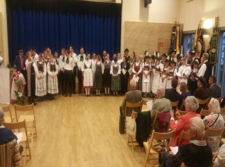 Gemeinsames Bild aller teilnehmenden Gruppen und Fahnenträger