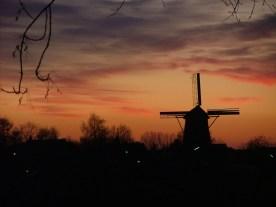 15 december 2009. Toen ik op een in-house project werkte op kantoor in Deventer in 2009/2010, reed ik meestal binnendoor via Klarenbeek. Ik nam toen altijd de camera mee om dit soort prachtige momenten vast te kunnen leggen; de molen in Posterenk tijdens de avondschemering.