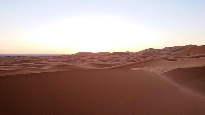 モロッコのサハラ砂漠で朝日が昇る前の時間に色々と遊ぶ8