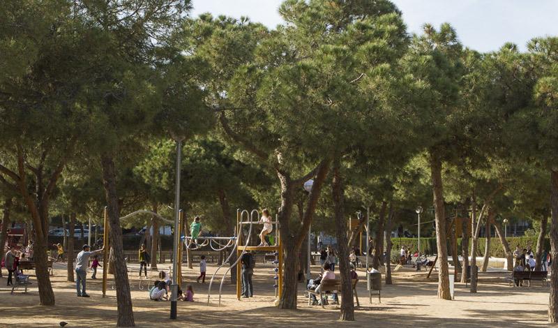 Bosque niños parque Joan Miró en Sants