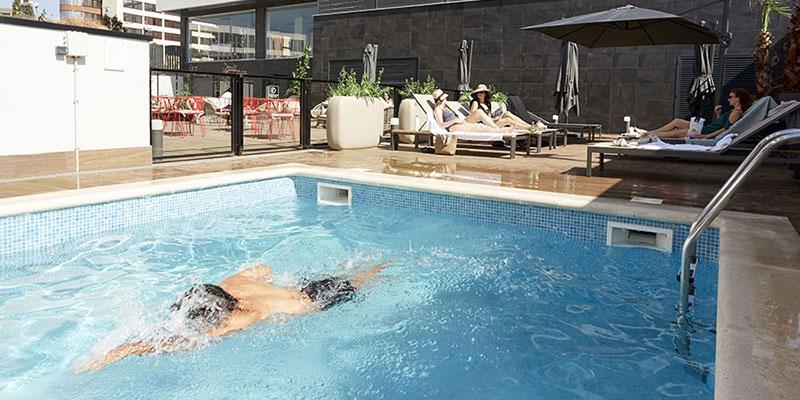 piscina y zona relax en pisos de alquiler becorp sant just
