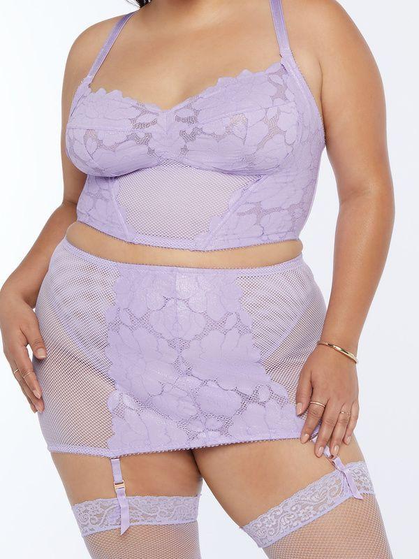 A model wearing a plus-size lingerie set in light purple.