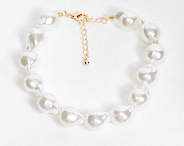 A plus-size pearl anklet.