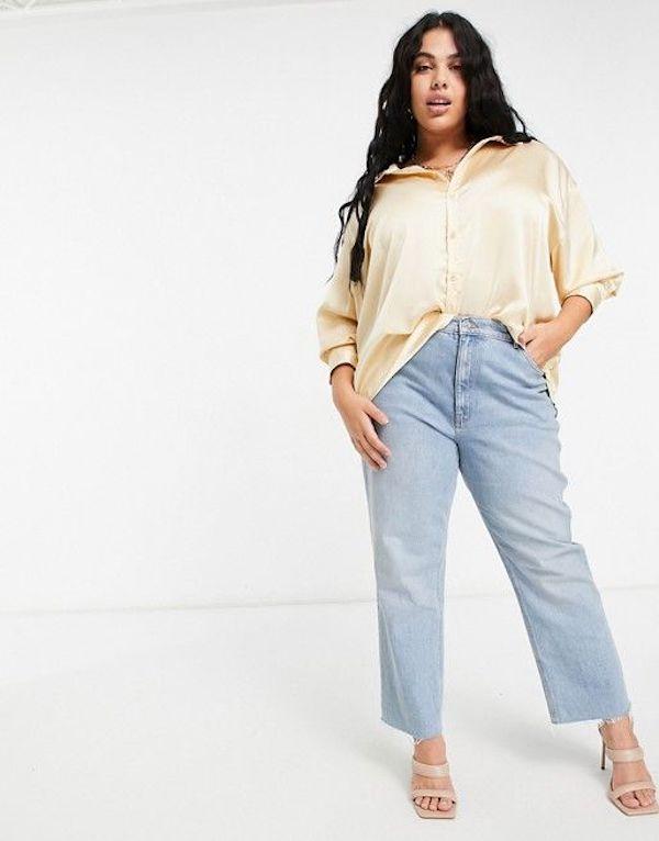 A model wearing a plus-size oversized shirt.
