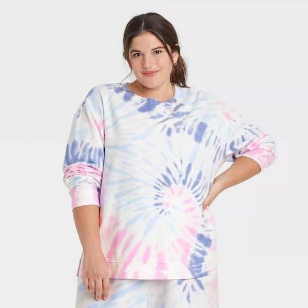 A model wearing a plus-size tie-dye sweatshirt.