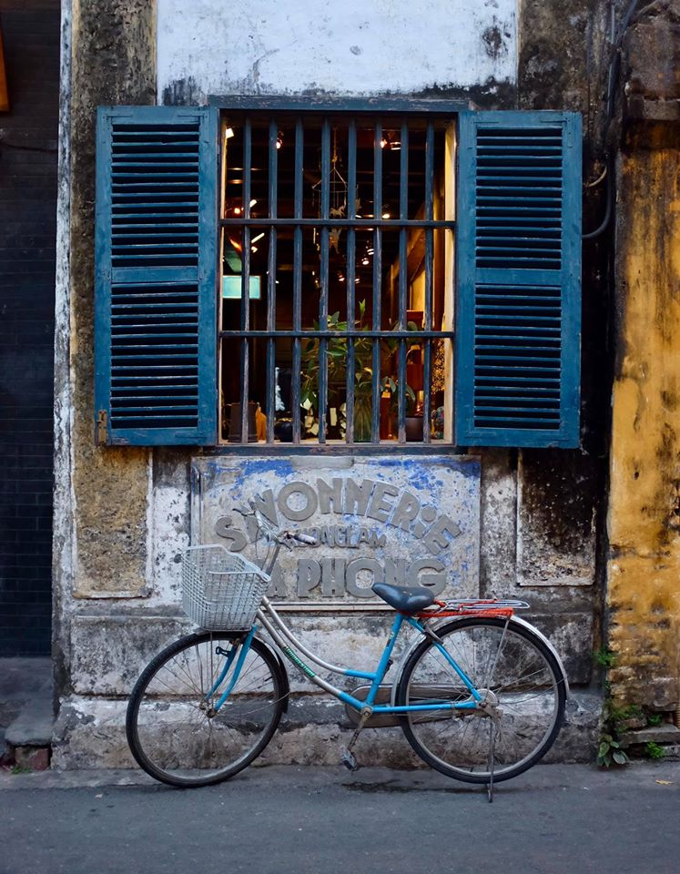 Photo of a bicycle parked under a window in Hoi An