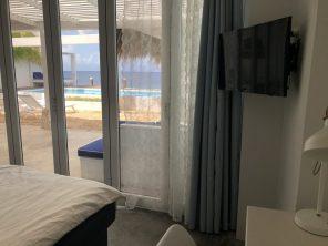 Hoofdslaapkamer met badkamer en bureau + airco