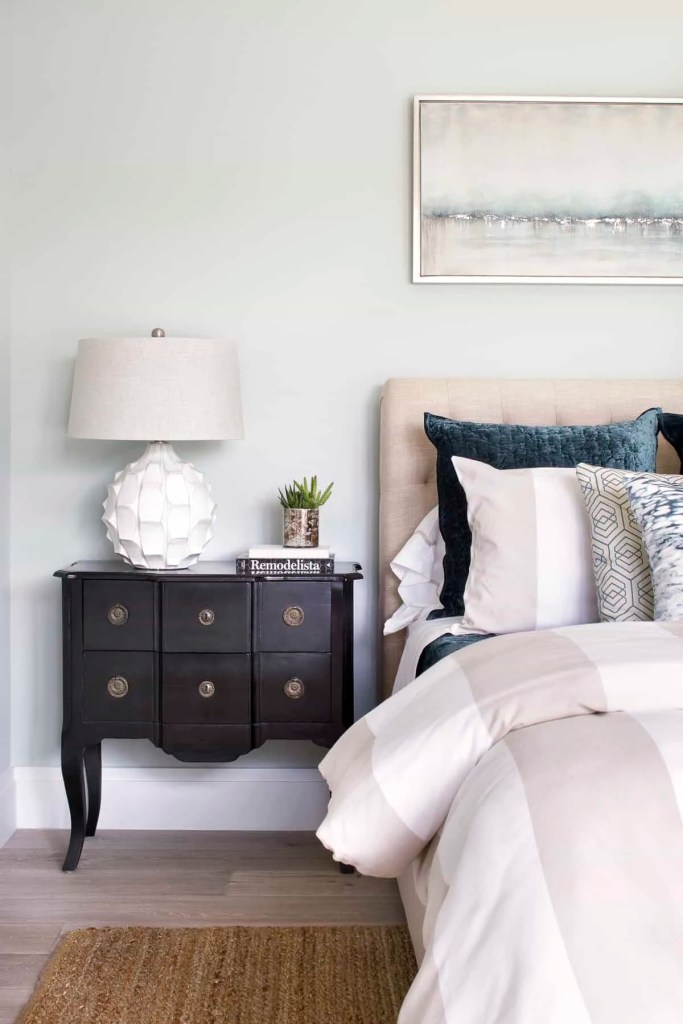 Calming Coastal Bedroom With Dark Blue Accents - Coastal Calm Home Design With Amazing Relaxed Beach Décor Ideas