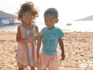 Children on the beach at M'Pay Bay Village, Koh Rong Samloem in Cambodia. © Beachmeter.com