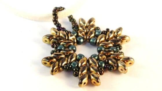 Need Christmas jewelry ideas? Try this SuperDuo beading pattern from The Bead Club Lounge.