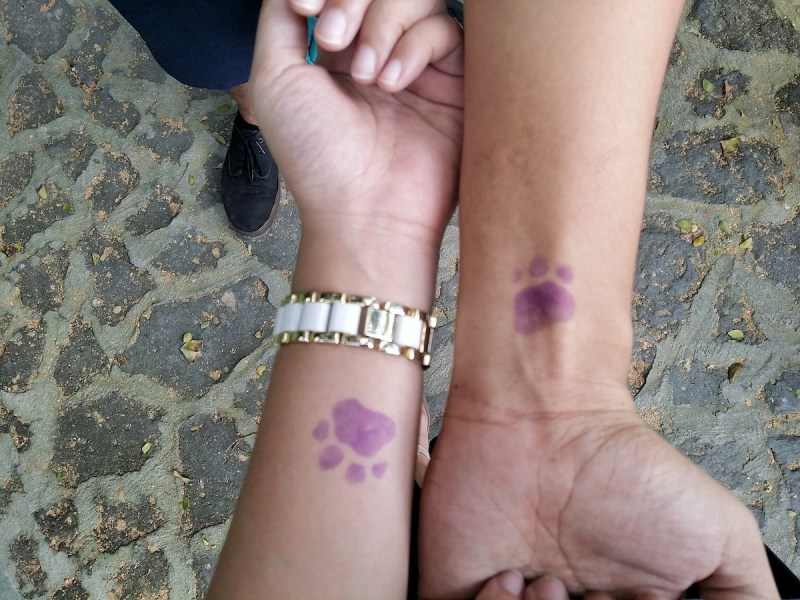 two arms with pawprint stamp that serve as entrance in Avilon zoo Montalban