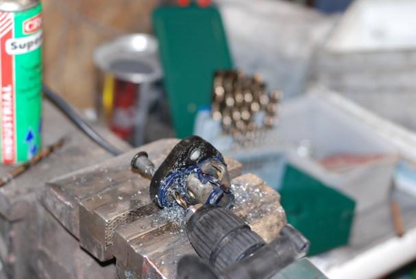 Met een 8mm kobaltboor worden de dikke revetten uitgeboord.