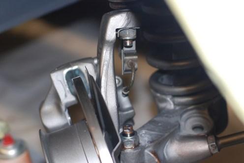 Ophangbeugel van de remflexibel en korte remleiding.