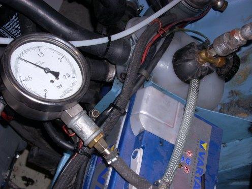Het koelcircuit onder druk gezet,kraan dicht.Zo wordt een lektest uitgevoerd.De meter mag niet zakken.